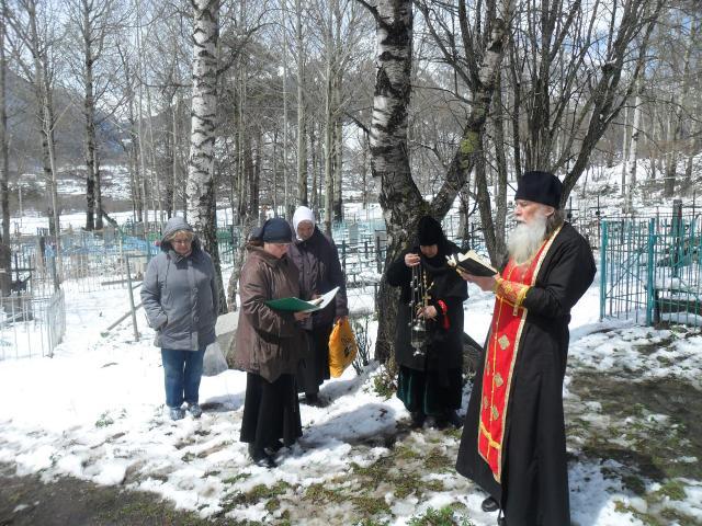На православных кладбищах в Карачаевском районе монашествующие совершили заупокойные богослужения пасхальным чином